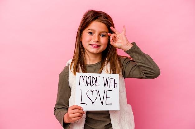 Petite fille tenant une bannière faite avec amour isolée