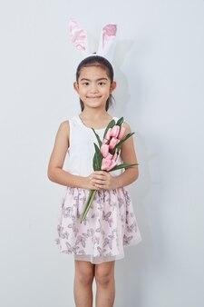 Petite fille tenant un bouquet de tulipes