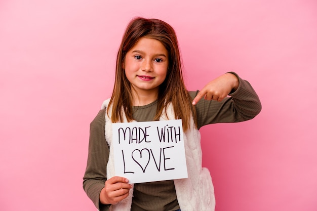 Petite fille tenant une carte faite avec amour isolée