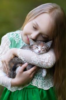 Petite fille tenant un chaton