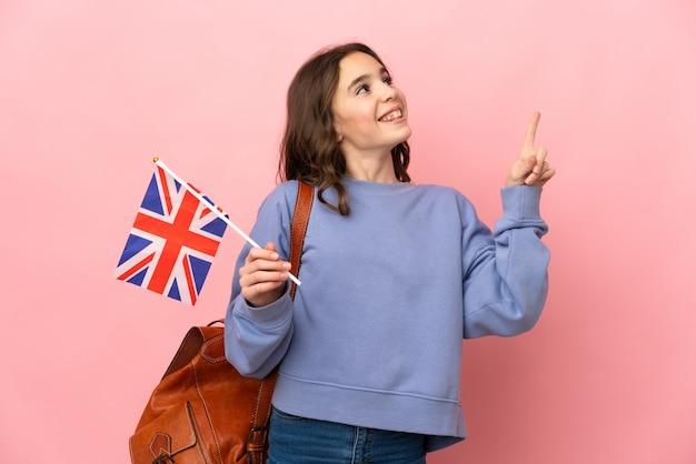 Petite fille tenant un drapeau du royaume-uni isolé sur fond rose pointant vers le haut une excellente idée