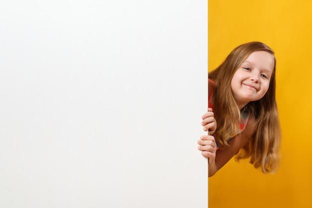 Petite fille tenant un fond d'espace blanc vierge
