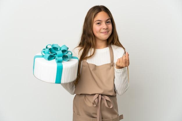 Petite fille tenant un gros gâteau sur fond blanc isolé faisant un geste d'argent