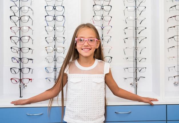 Petite fille tenant des lunettes