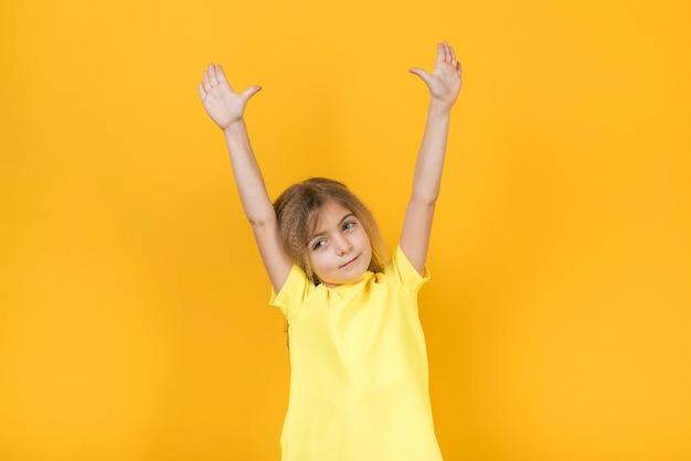 Petite fille tenant les mains en l'air
