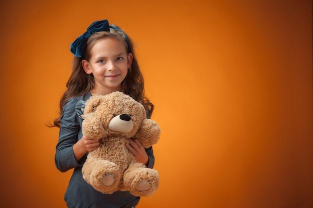 Petite fille tenant un ours en peluche