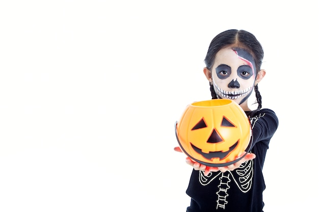 Petite fille tenant un panier citrouille jack o lantern