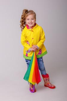 Petite fille tenant un parapluie lumineux