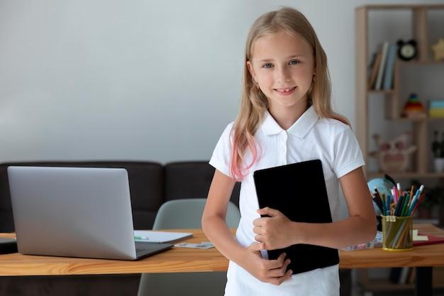 Petite fille tenant sa tablette