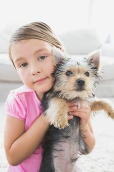 Petite fille tenant son chiot yorkshire terrier