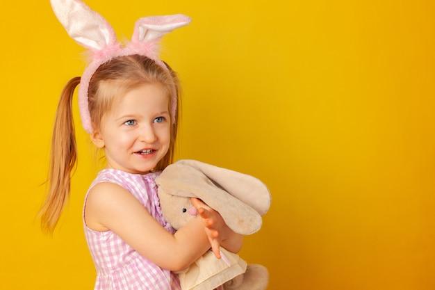 Petite fille tenant son jouet lapin