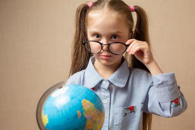 Petite fille tenant la terre entre nos mains - un concept pour l'avenir