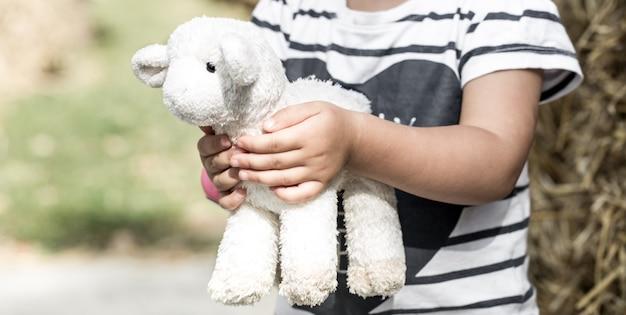 Petite fille, tenue, a, jouet, mouton