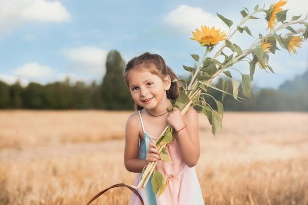 Petite fille, tient, bouquet tournesols, dans, mains