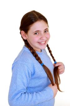 Petite fille avec des tresses de côté.