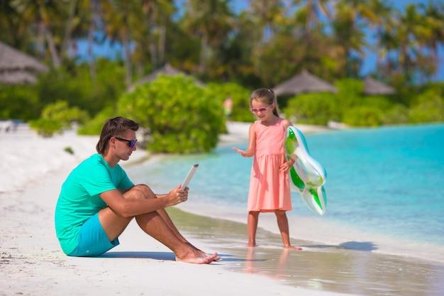 Petite fille triste attendant que papa nage jusqu'à ce qu'il travaille