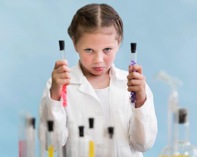Petite fille avec des tubes d'expérience