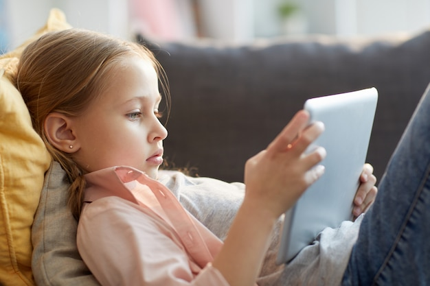Petite fille utilisant internet