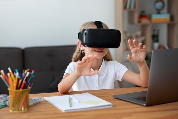 Petite fille utilisant des lunettes de réalité virtuelle