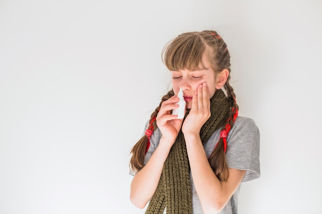 Petite fille, utilisation, spray nez