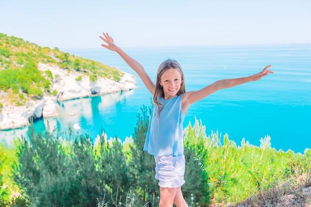 Petite fille en vacances avec beau paysage