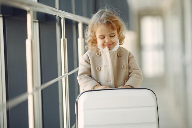 Petite fille avec une valise à l'aéroport