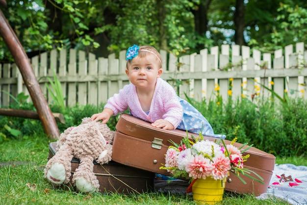 Petite fille sur valise