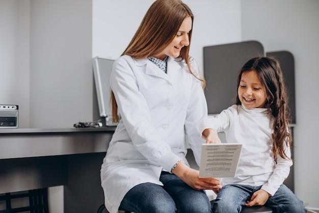 Petite Fille Vérifiant Sa Vue Au Centre D'ophtalmologie Photo Premium