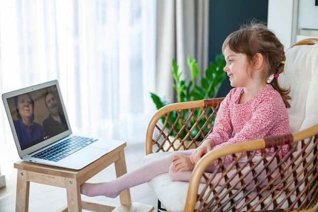Petite fille en vidéo avec ses grands-parents à l'aide d'un ordinateur portable