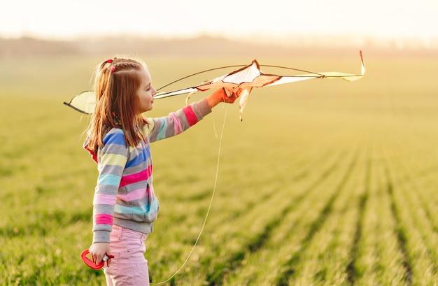 Petite fille, à, voler, cerf volant