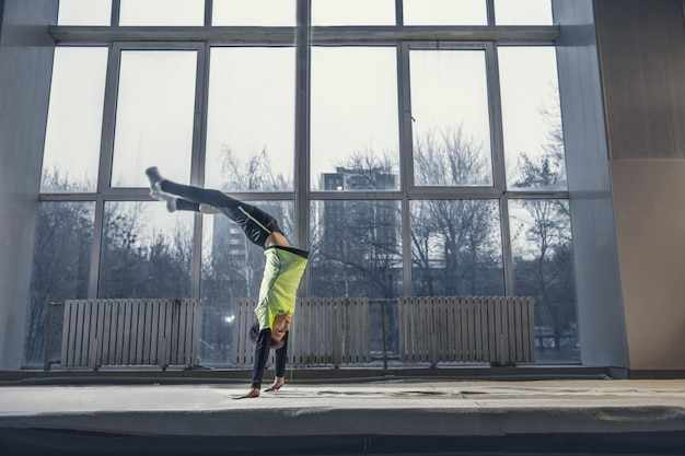 Petite formation de gymnaste masculin dans une salle de sport, flexible et active