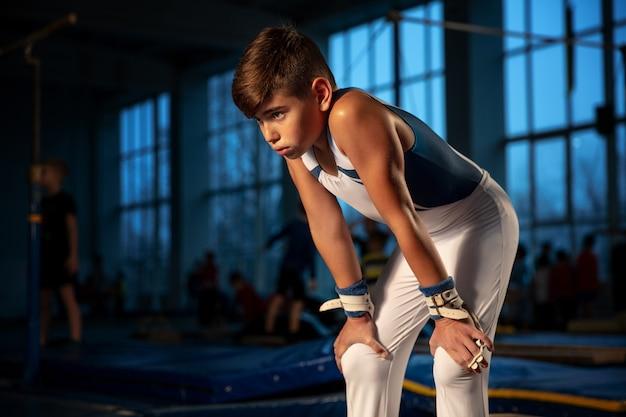 Petite formation de gymnaste masculin en salle de sport, flexible et active