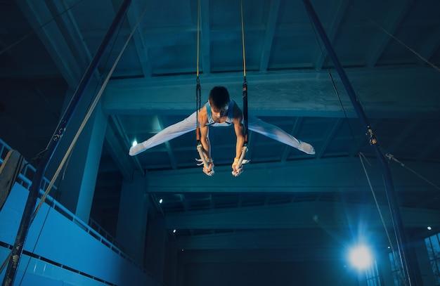 Petite formation de gymnaste masculin en salle de sport