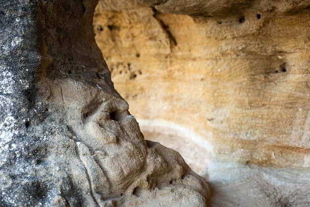 Une petite grotte dans la roche