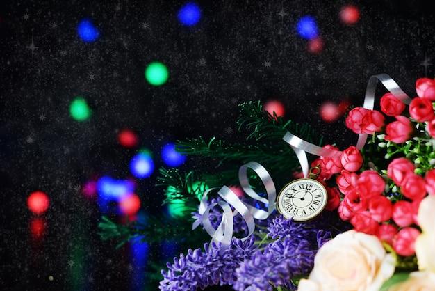 Petite horloge avec baies, fleurs et rubans