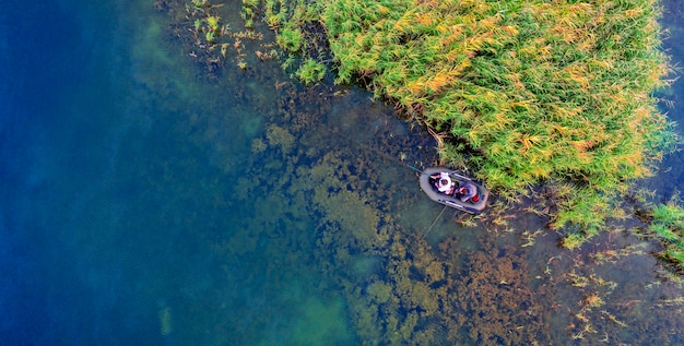 Une petite île au milieu du lac, des feuilles d'automne jaunes sur les arbres. vue drone.