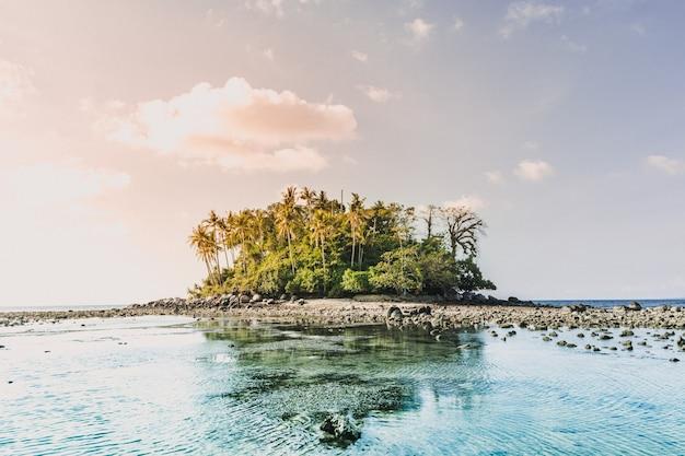 Petite île colorée avec la mer transparente koh pling phuket thaïlande