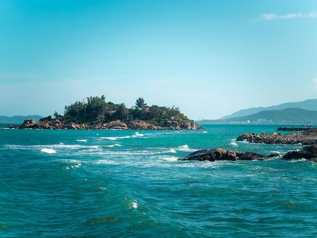 Petite île dans l'océan avec des rochers