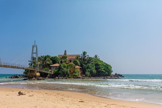 Une petite île près de la plage au bord de l'océan. colombo, sri lanka - 02.03.2018