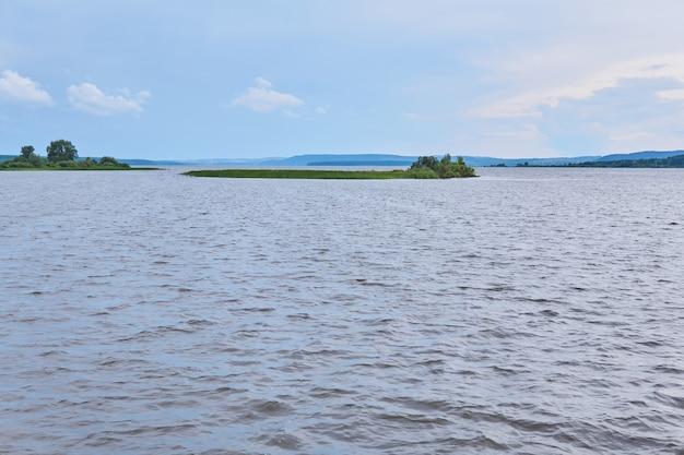 Petite île de roseaux au milieu d'un large lac