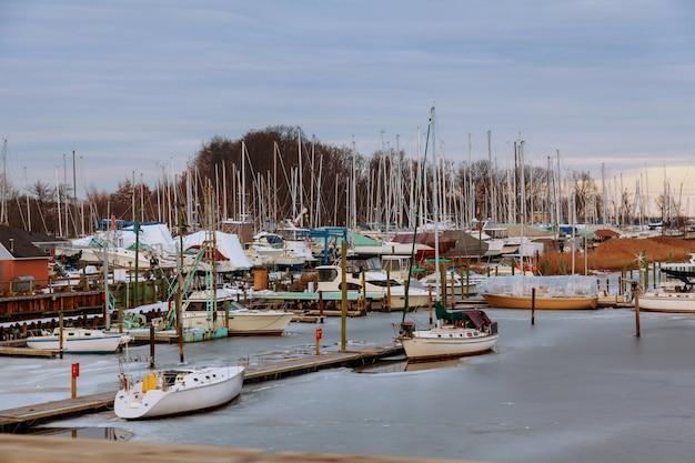 Petite jetée de yachts privés en hiver petits bateaux privés en avant-plan