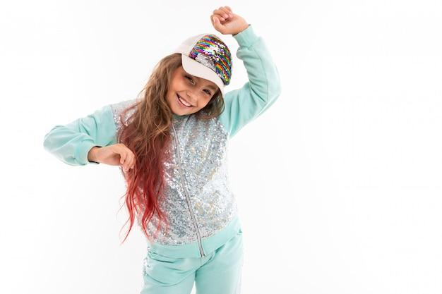 Petite jolie fille dans un survêtement danse