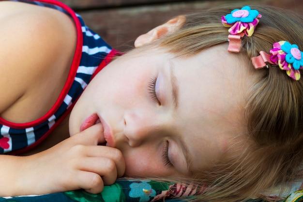 Petite jolie fille endormie