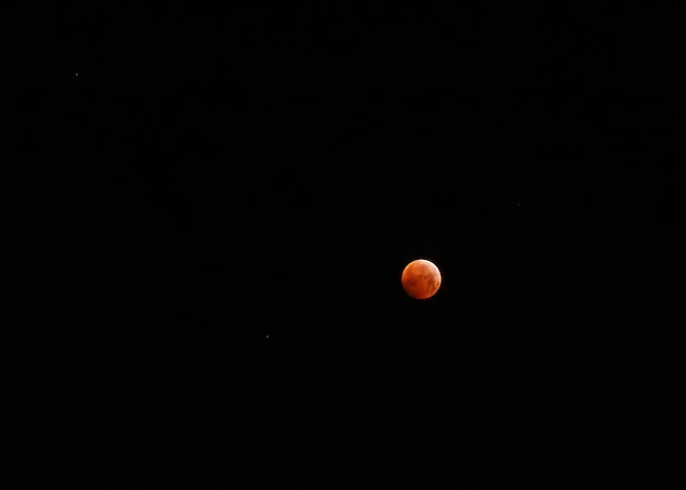 Petite lune rouge après l'éclipse lunaire