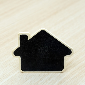 Petite maison en bois sur tabel. concept pour les affaires de l'immobilier.