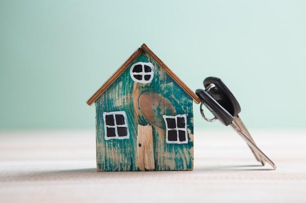 Petite maison et clés sur la table