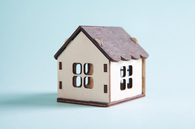 Petite maison sur fond bleu