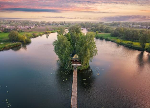 Petite maison de pêcheur au milieu de la rivière. vue d'en-haut.