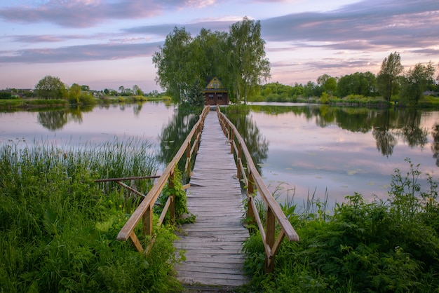Petite maison de pêcheur avec un pont