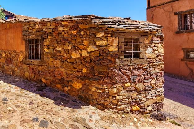 Petite maison en pierre dans la vieille ville d'espagne. madriguera segovia.